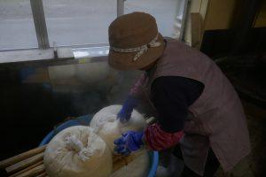 岩手の野田村で、自分の家で豆腐を作ってるお母さん。