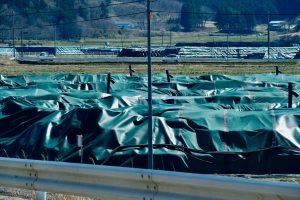 長期野積みになっているところには、緑のカバーがかけられている