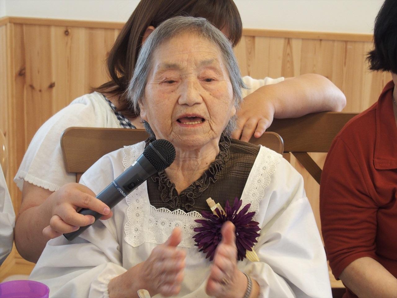 震災以降とてもお世話になった宮城県大崎市の在宅緩和ケアクリニック、穂波の郷クリニックの患者さんでもあるし、他の患者さんの悩みの相談に応じるクリニックのスタッフでもある、高橋小菊さん。認知症が進み、90歳を超えて、記憶は5分も持ちませんが、「大国舞」は、フルコーラス歌えます。他に、持ち歌は無限。