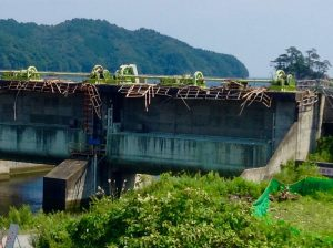 三陸鉄道唐丹駅海側の水門。東日本大震災の津波で、上部が破損しています