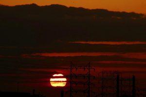 堺の臨海コンビナートに沈み行く夕日。