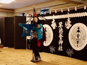 津波で壊滅的打撃を受けた釜石市の鵜住居地区に、わざわざ来てくれ女舞を披露してくれた早池峰神楽。