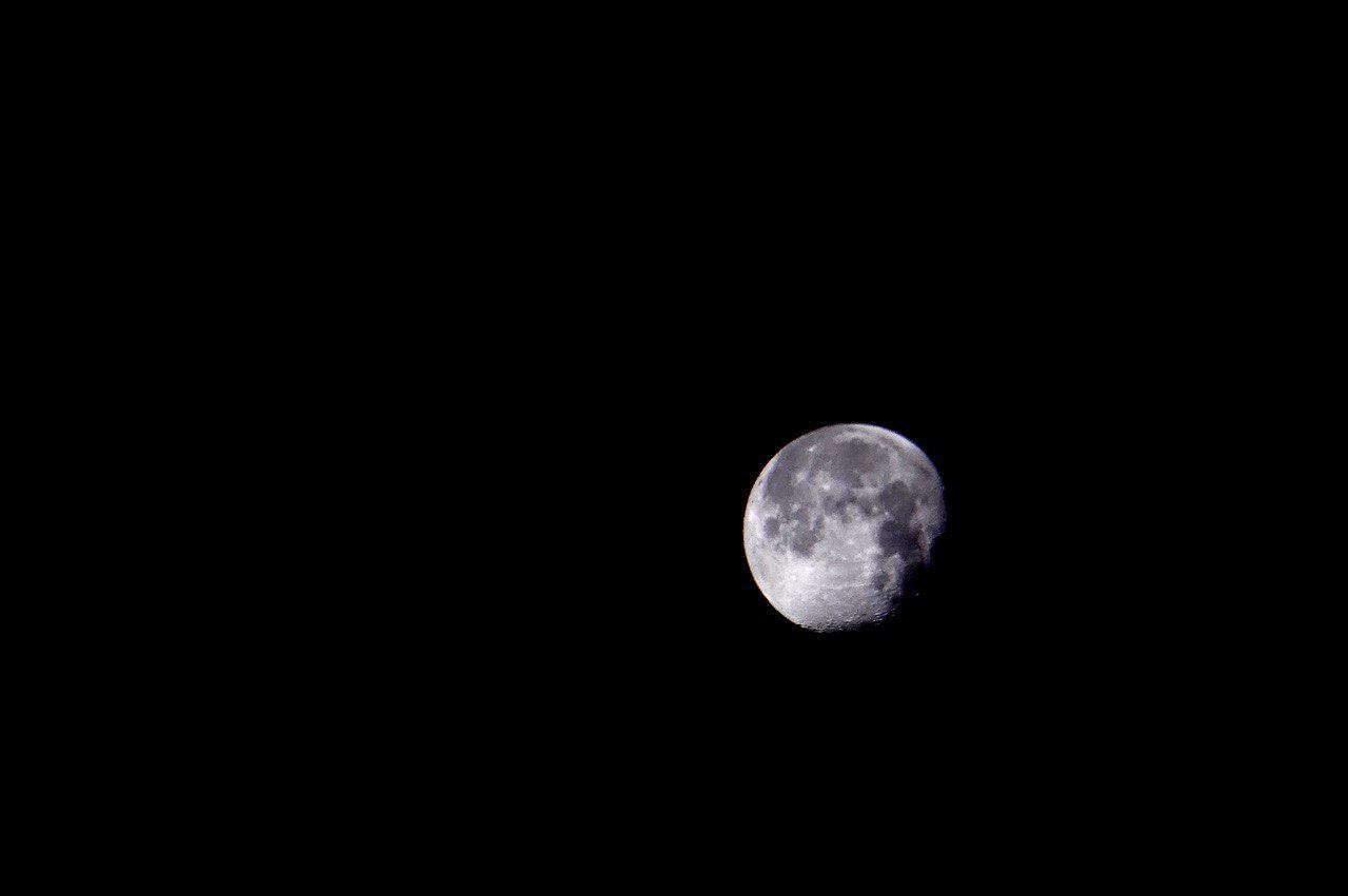 家の近隣からみた月