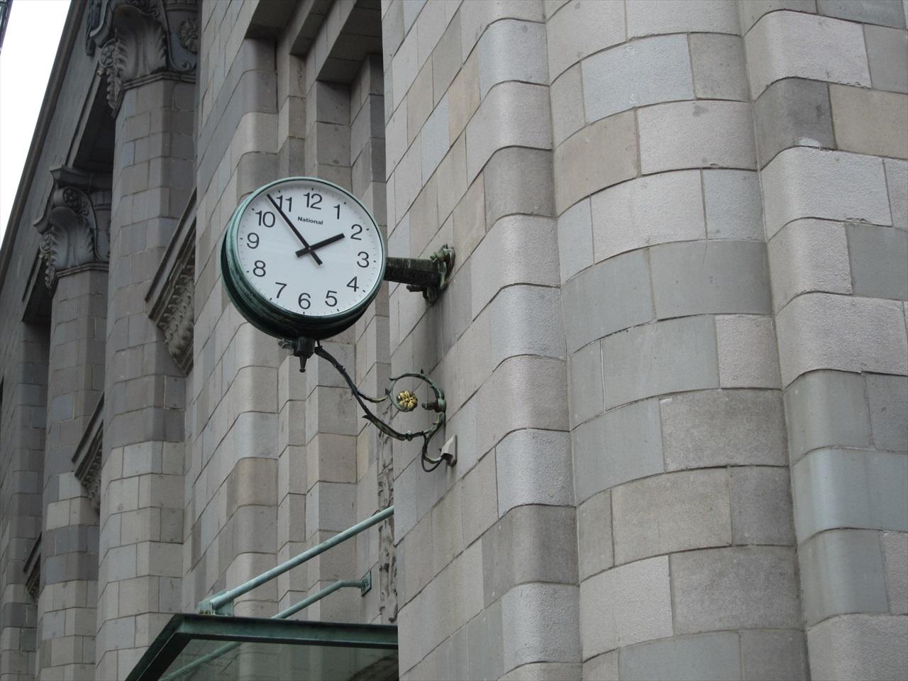 地方銀行の古いたてもの。人間は時計を発明し、時計を作ることができるが、時計ではない。