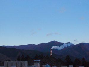そのグループ・ホーム近くから。大船渡市のシンボル、太平洋セメントの煙突を見る。
