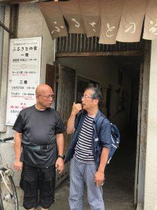 釜ヶ崎。ローマ法王庁聖書研究所を出られ、釜ヶ崎で、無料散髪を続けられている、古くからの仲間、本田哲郎神父と。「ふるさとの家」の前で。