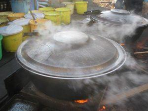 釜ヶ崎三角公園の炊きだし風景。下の、コンロは親友のお手製です。