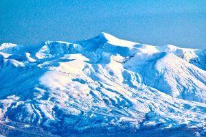 著者撮影。冬季の十勝岳。北海道では冬季加算削減の影響で、マイナス20度でもストーブがつけられない方がいます。