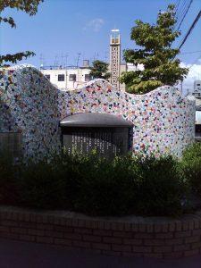 戦後の代表的童謡「サッちゃん」(作詞・阪田寛夫、作曲・大中恩)の歌碑