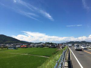 近所の坂道から瀬戸内海の入道雲?を望む光景。ちょうど夏の雲と秋の雲が競い合っているように見えます。