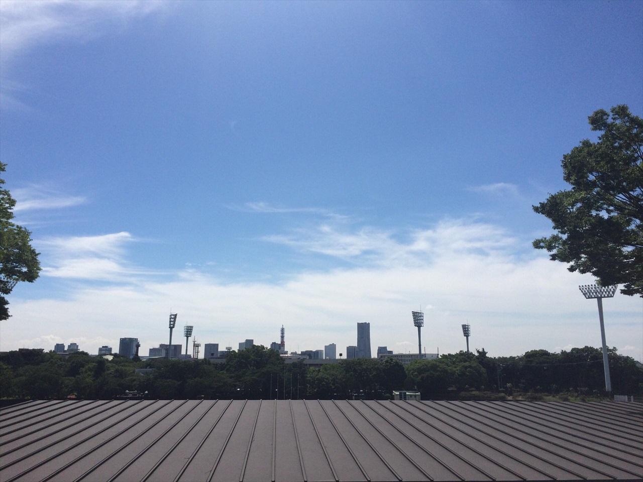 三ツ沢公園競技場にて。手前のトタン屋根は、かつて原水爆禁止宣言が発表された競技場演壇の後ろ側。