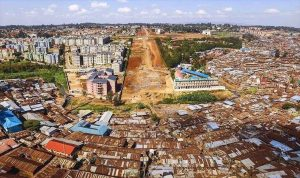 尊敬する友人であり、ケニアのキベラスラムで、マゴソスクールという子どもたちの施設の創立・運営に長年携わっておられる早川千晶さんからの画像です。巨大な道路を作るために、キベラスラムが破壊されています。