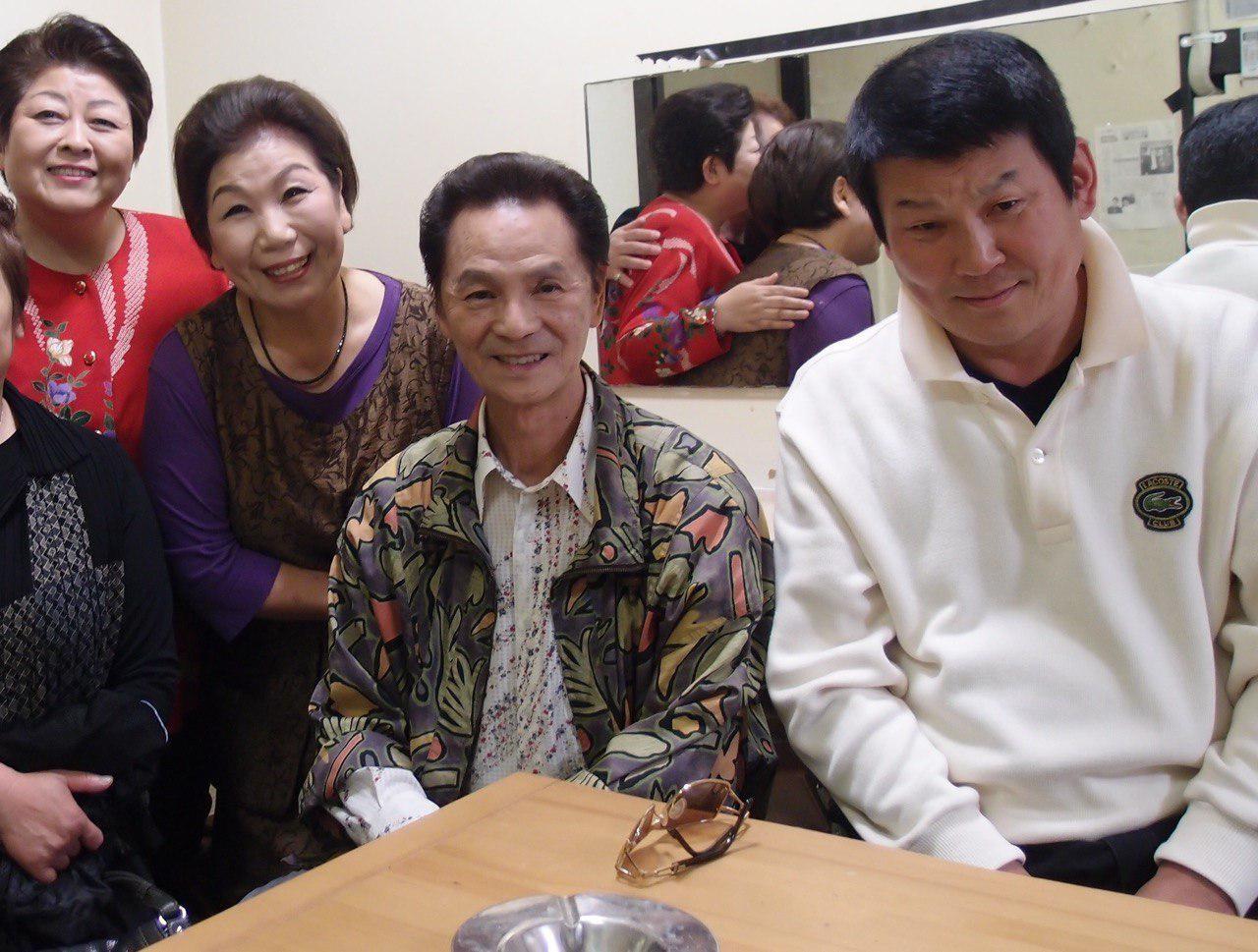 東京の浪曲の定席、木馬亭の楽屋で。 右からイエス・玉川さん(面白い人で、シャッター押すたびに、顔をあらぬ方向に向けるんです)宮川左近ショーの暁照夫さん、さっちゃんねえさん、天中軒雲月さん。