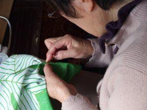 大槌で。刺し子を縫うお母さん。