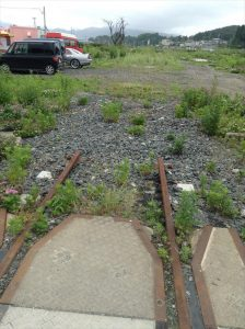 その町。津波で駅舎と線路が流されました。