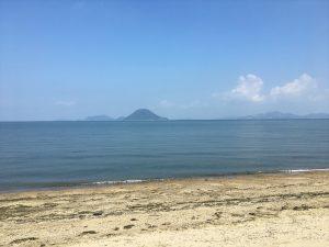 いきなり、「むこうに見える島まで泳いでいきなさい」と言われても無理ですよね。読書も同じです(撮影は香川県仲多度郡多度津町)。