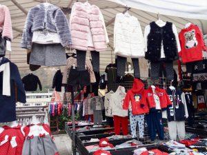 お洒落な子供服がいっぱい。 露店マーケットで経済的な価格で購入できます。