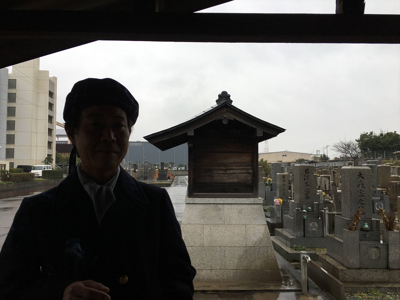 墓場で休憩しているある日のウジケさん。