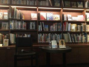 大阪梅田の書店での高橋さんのお話し会。主人公の代わりに、高橋さんの思いのこもった二冊の本に登場してもらいました。