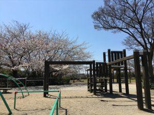 日常生活を遂行していると、身の回りのことなんて「なんでも理解している」って錯覚すると思います。ウジケさんは、幼少期を香川県で過ごし、四半世紀を東京で過ごしました。縁あって香川県に戻りましたが、例えば、多度津町(香川県仲多度郡)のことぐらい「だいたいは知っているわなー」と思いながら、そこで3年ほど仕事をしましたが、そこで発見したのは「知らないことばっかりだった」ということです。写真は、昼休みにいつも一息入れている堀江公園です。こんな場所があったなんて、昨年まで知りませんでした。