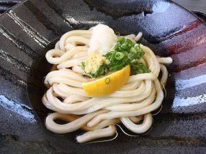 今年は暑くなるのが例年より早く、冷たい「ぶっかけうどん」の美味しい季節になりました。ウジケさんは、昭和の讃岐うどんしか香川県で食べたことがなく、おとなになってから平成の讃岐うどんといってよい「ぶっかけうどん」をはじめて食べましたが、これ、なかなか美味しいですね。冷たいうどんに濃いめのつゆ、そしてレモンなどなど薬味が絶妙なハーモニーです。最近の一押しは「麦笑(むぎわら)」うどんさん(香川県仲多度郡多度津町)のぶっかけうどんです。うどんのお供である天ぷら等などは、揚げおいたものではなく、揚げたてです。