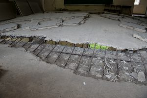 津波の水圧で持ち上がった教室の床
