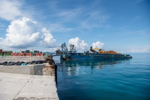 塩川港。この土砂が埋め立てに使われる。