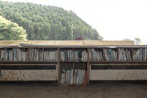 校舎二階、本棚に収められた本たちは 震災後に綺麗に洗われたもの