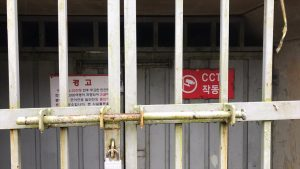 鉄製の扉で固く閉ざされた廃坑からは、ヒンヤリとした風が吹き出し